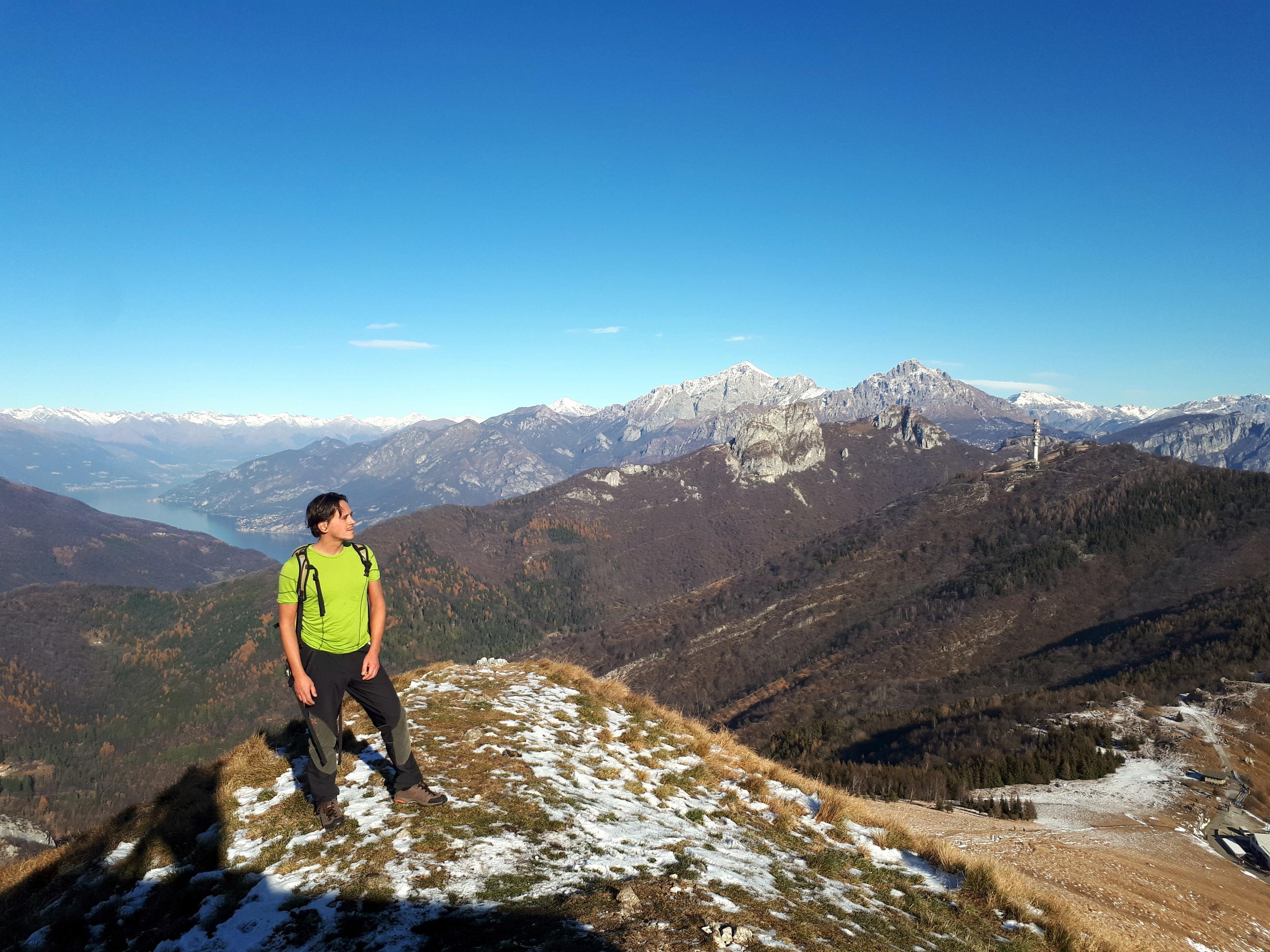 Dalla cresta del Cornizzolo, guardando a nord c'è una bella vista sulle Grigne, sui Corni di Canzo e sul lago di Como