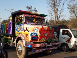 in Nepal i camion per il trasporto merci fanno la gara a chi è più colorato e appariscente