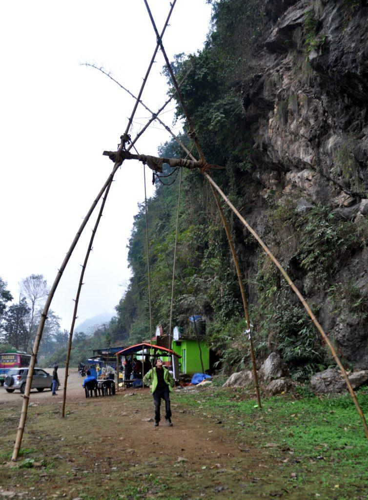 questa è la tipica struttura con cui costruiscono le altalene in Nepal