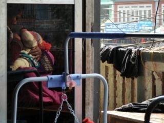 una mamma allatta nel ristorante dove ci siamo fermati a pranzo prima di salire verso Besisahar
