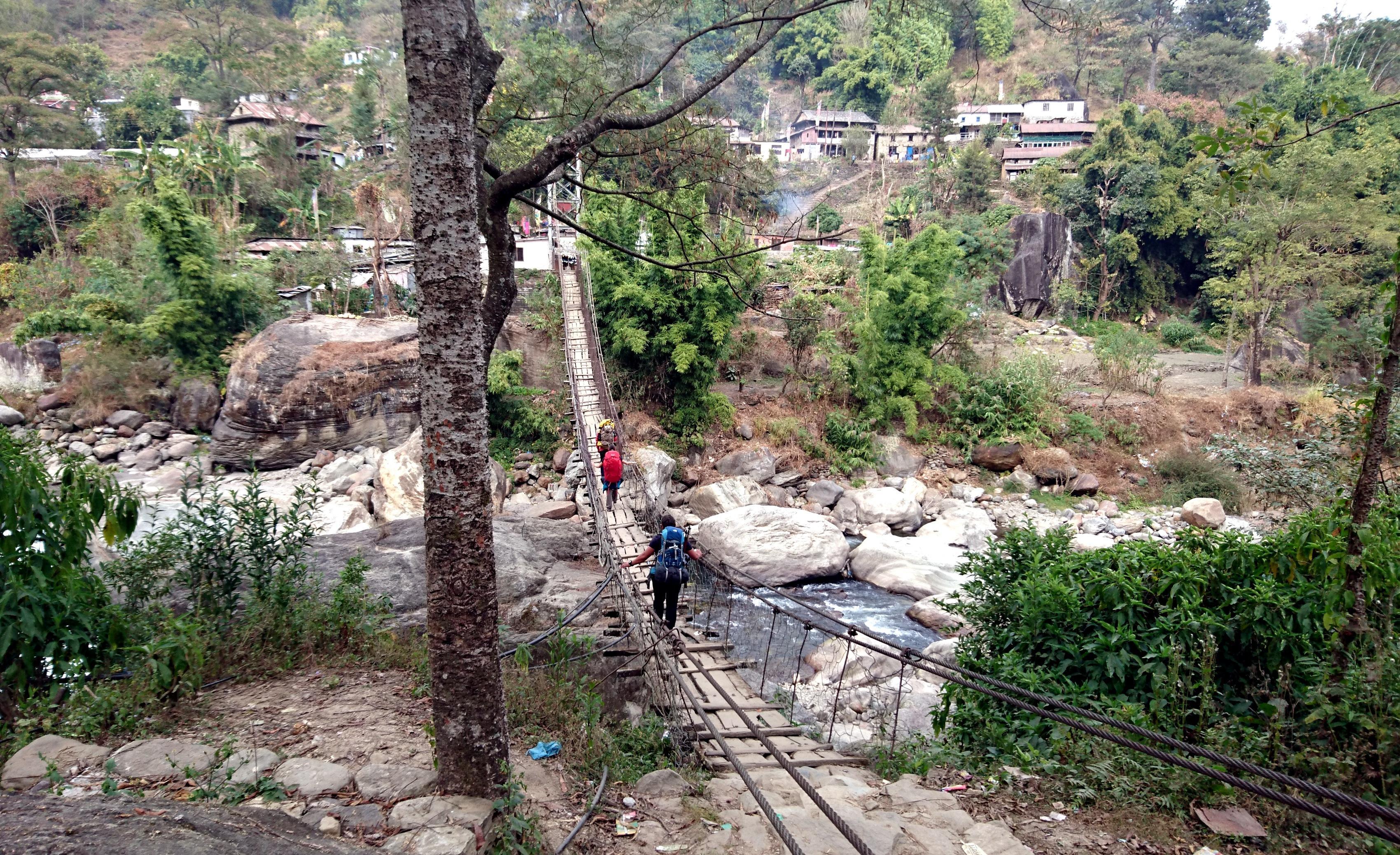 il primo di una lunghissima serie di ponti tibetani. Qui sono ovunque e ne passeremo in media 4-5 al giorno