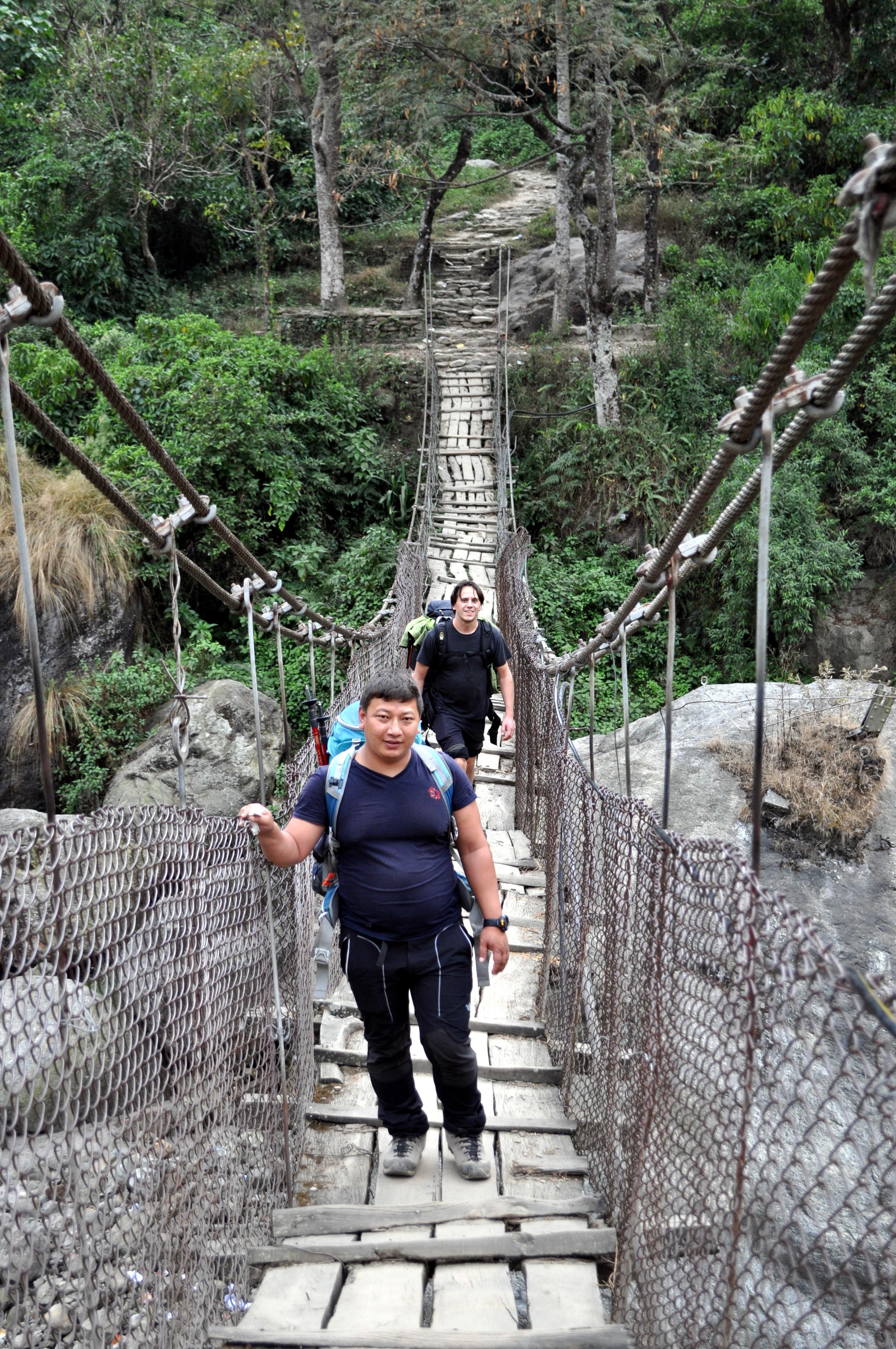 Ram (la nostra guida) e io in attraversamento del primo ponte del nostro viaggio