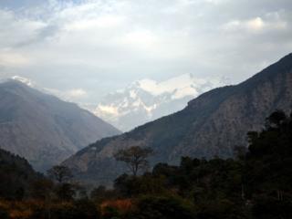 c'è un po' di foschia ma in lontananza si riesce già a scorgere il gruppo del Manaslu