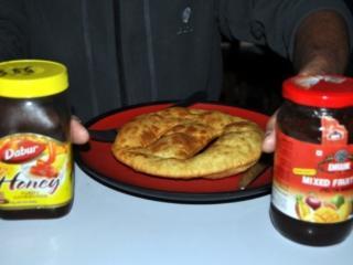 ma prima una bella colazione a base di tibetan bread con miele e marmellata