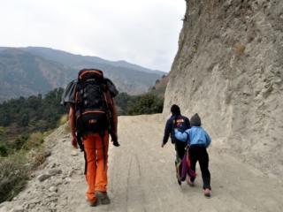 fino in cima alla collina percorriamo la stessa strada dei bambini che vanno a scuola. Notare che loro salgono in ciabatte... ;)