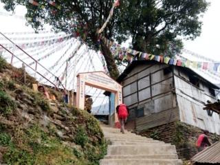 la lunga scalinata che porta in cima alla collina dove si trova un piccolo borgo e la scuola dei bambini
