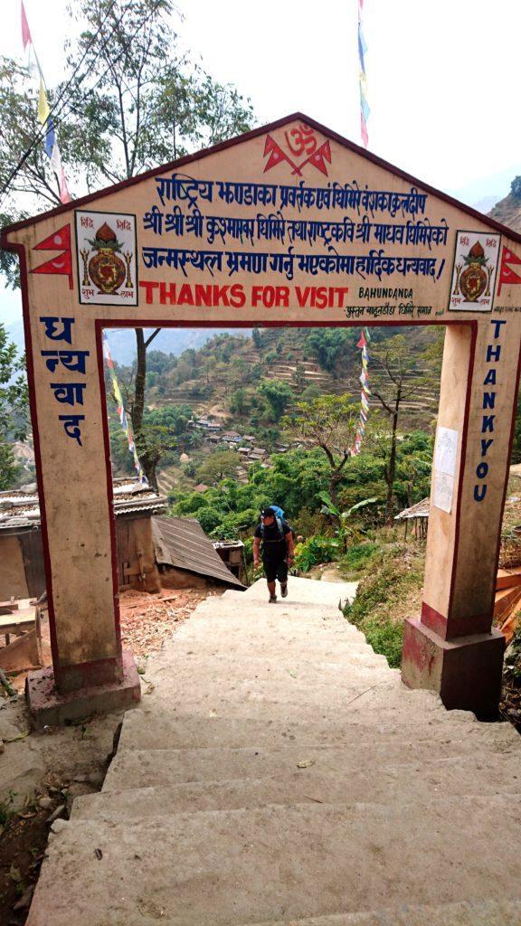 Ram in arrivo al termine della lunga scalinata che porta al paese di Bahundanda