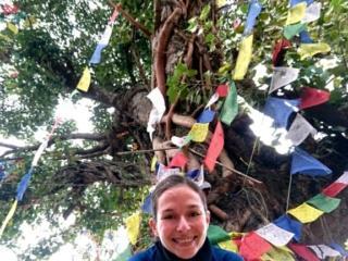Erica e l'albero che sorge nel mezzo della piazza di Bahundanda