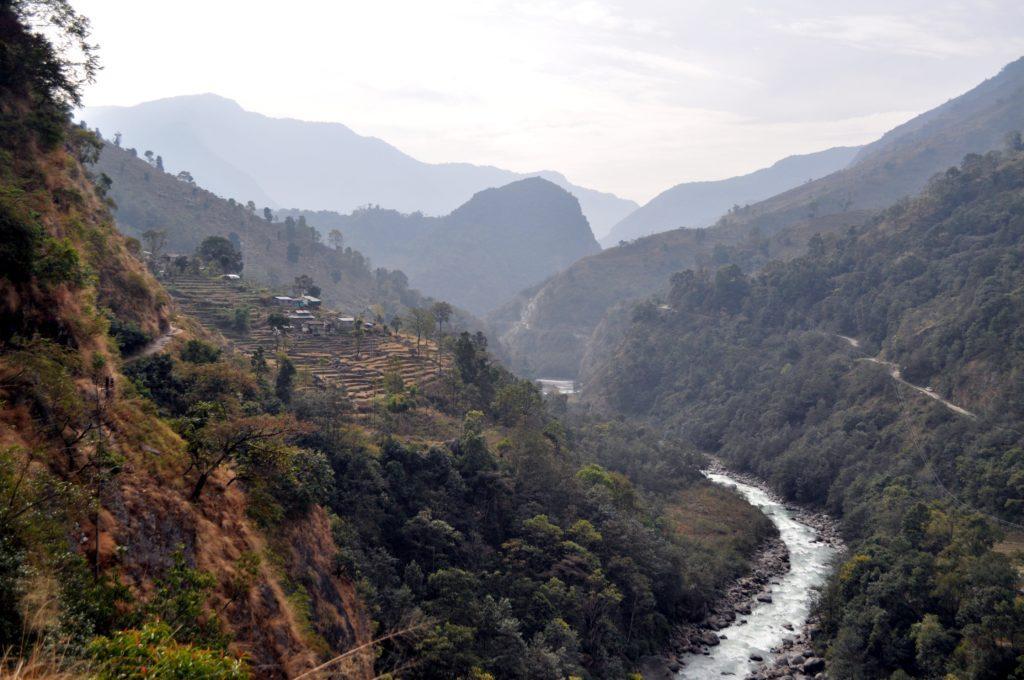 vista d'insieme dei terrazzamenti e del fiume a fondo valle