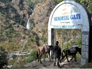 dalla guest house dove ci fermeremo a pranzo abbiamo vista sulla cascata e sul gate di uscita dal paese di Ghermu