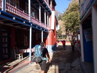 Ram, Kali ed Erica attraversano un borgo colorato di cui non ricordo il nome