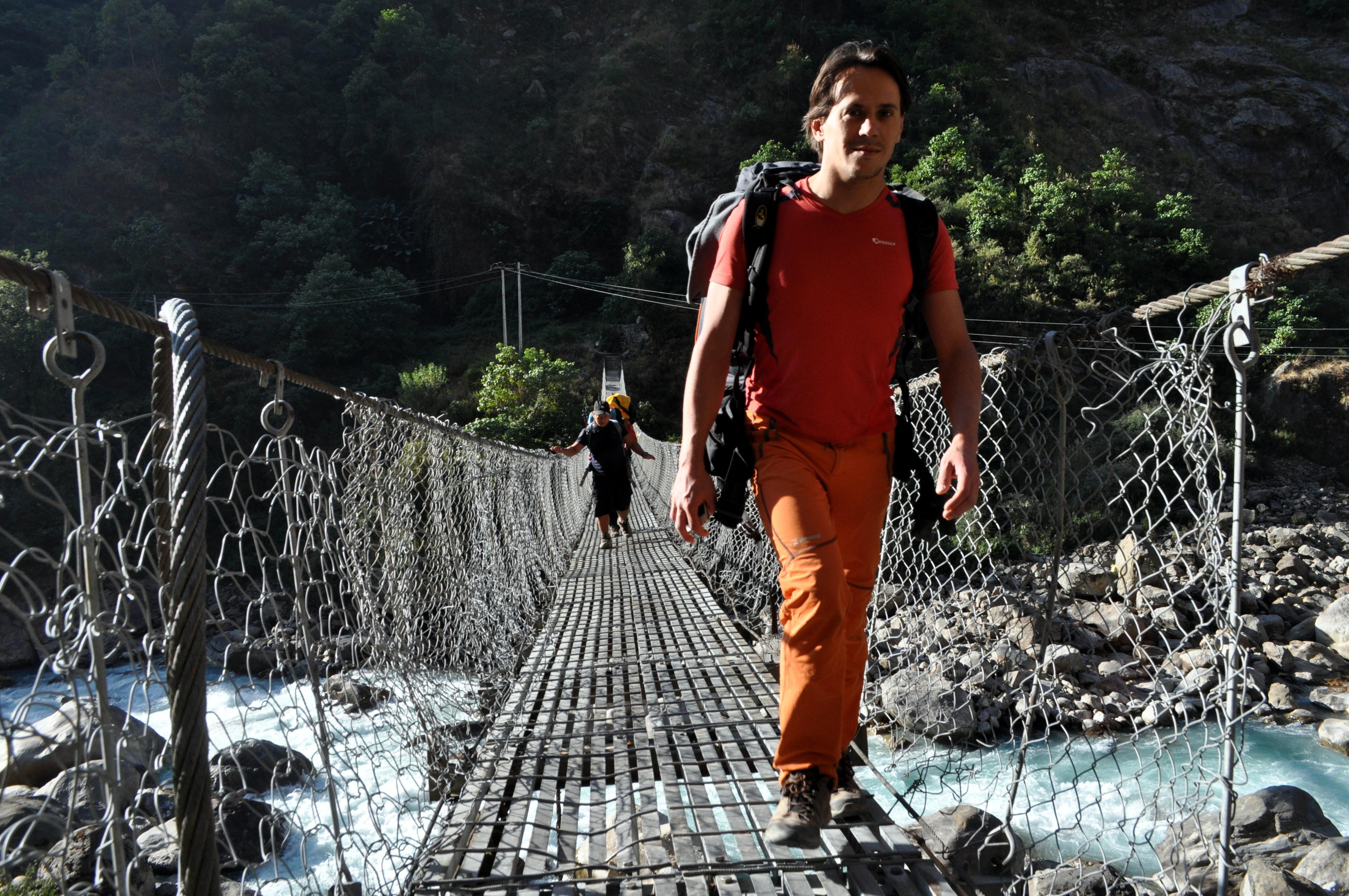 attraversiamo il fiume per portarci sul sentiero che sale dal versante opposto della valle