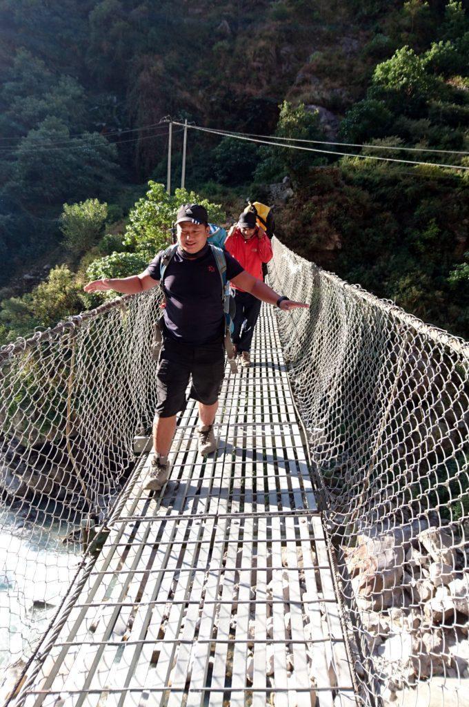 Ram e Kali attraversano il ponte ballerino