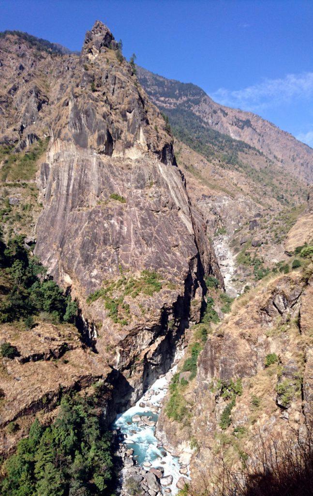 il sentiero passa in costa lungo questo canyon roccioso. La strada carrabile invece è scavata nella roccia sul versante opposto. Davvero una strada da brividi!!