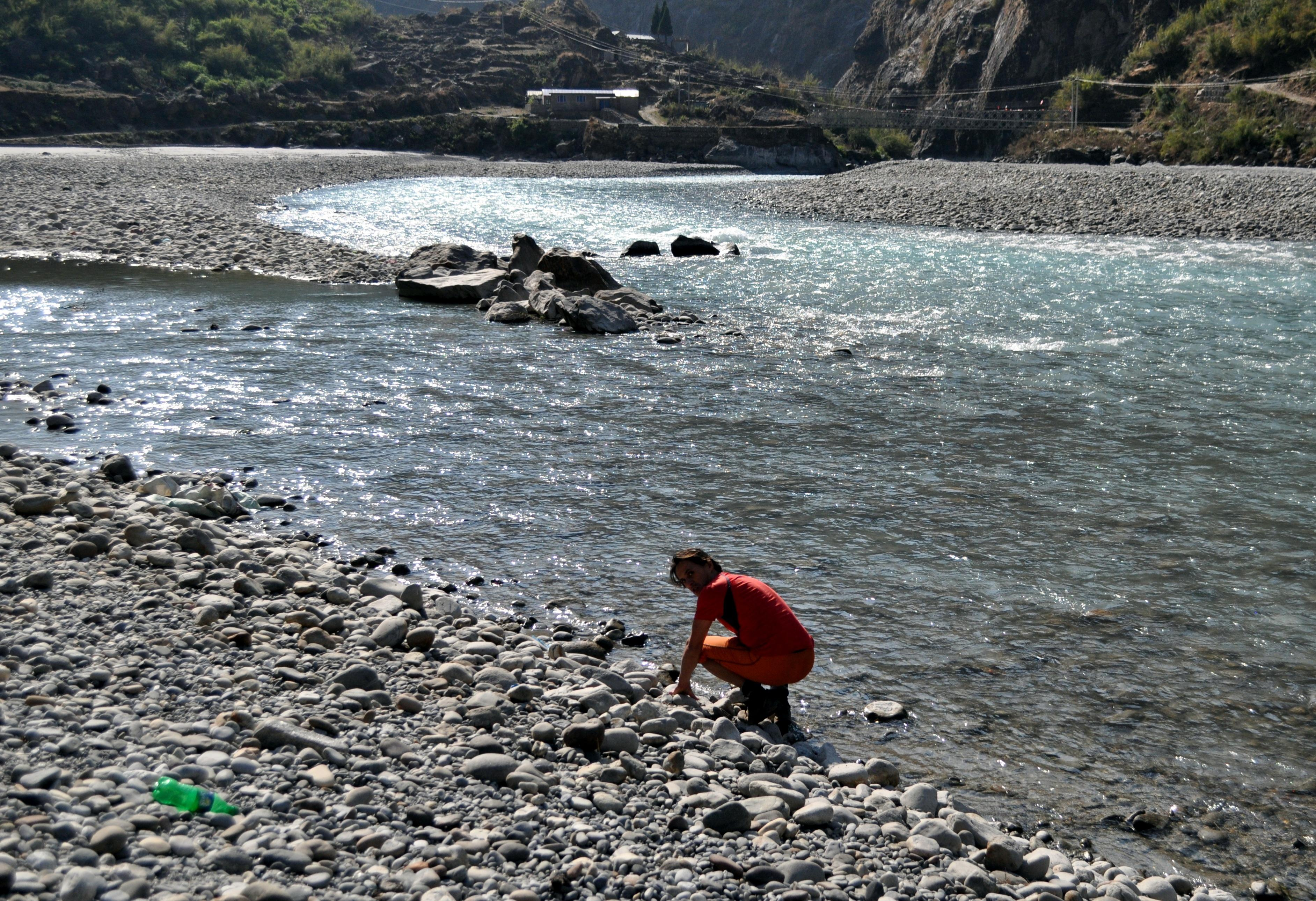 visto che qui il fiume è facilmente accessibile vado a sentire la temperatura dell'acqua. Freddina, ma ho fatto il bagno in molto peggio ;)