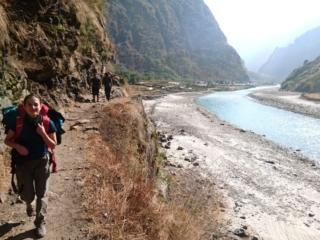 Riprendiamo il sentiero in direzione di Dharapani. Presto la valle si stringerà di nuovo costringendoci a salire