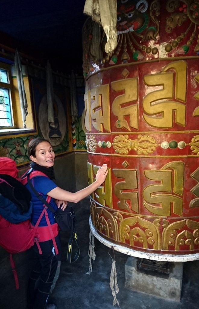 piccolo tempio a Dharapani con mega cilindrone da girare