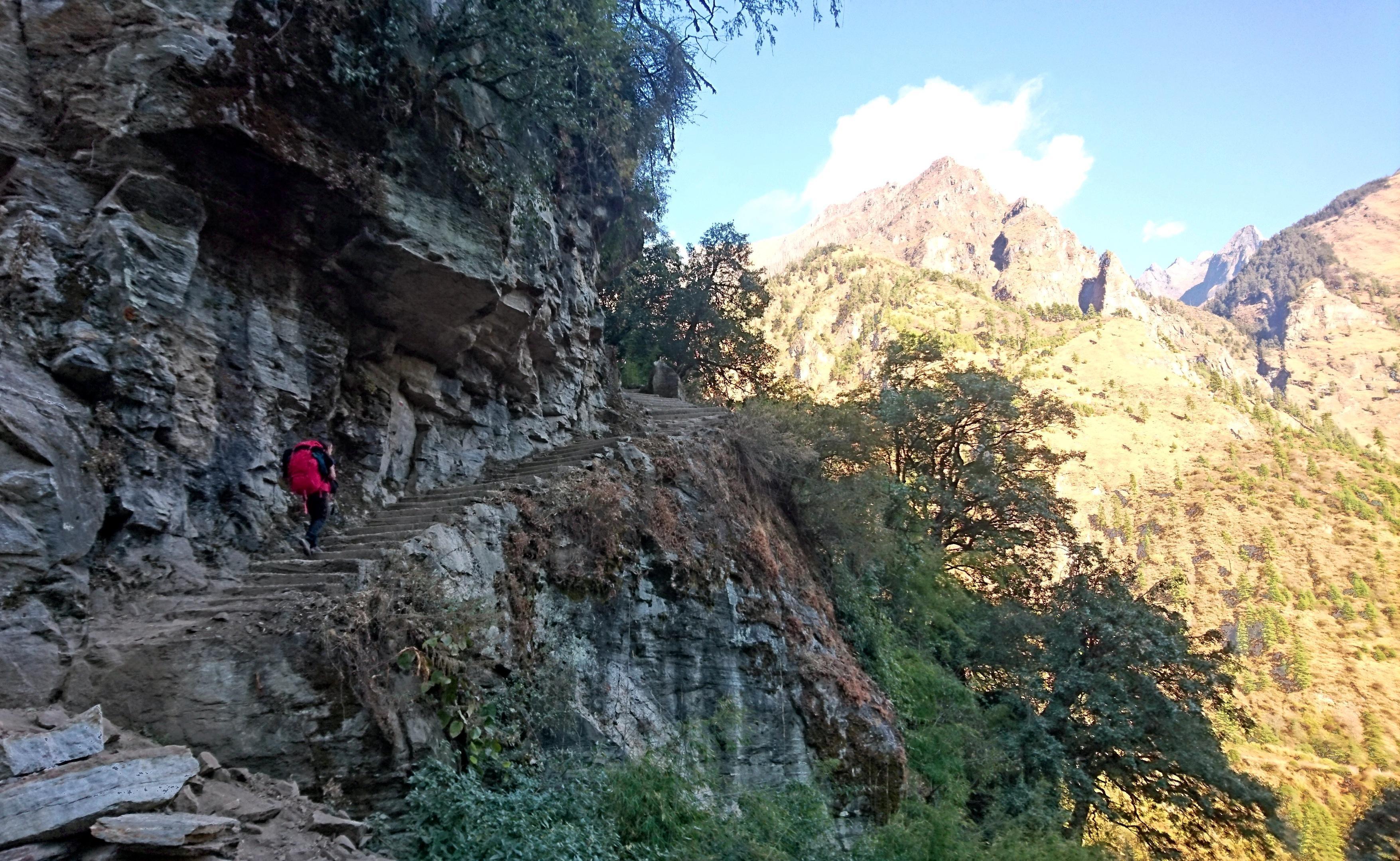 dopo Dharapani entro breve bisogna salire parecchio per aggirare un salto roccioso compiuto dal fiume. Ci aspettano un bel po' di scale
