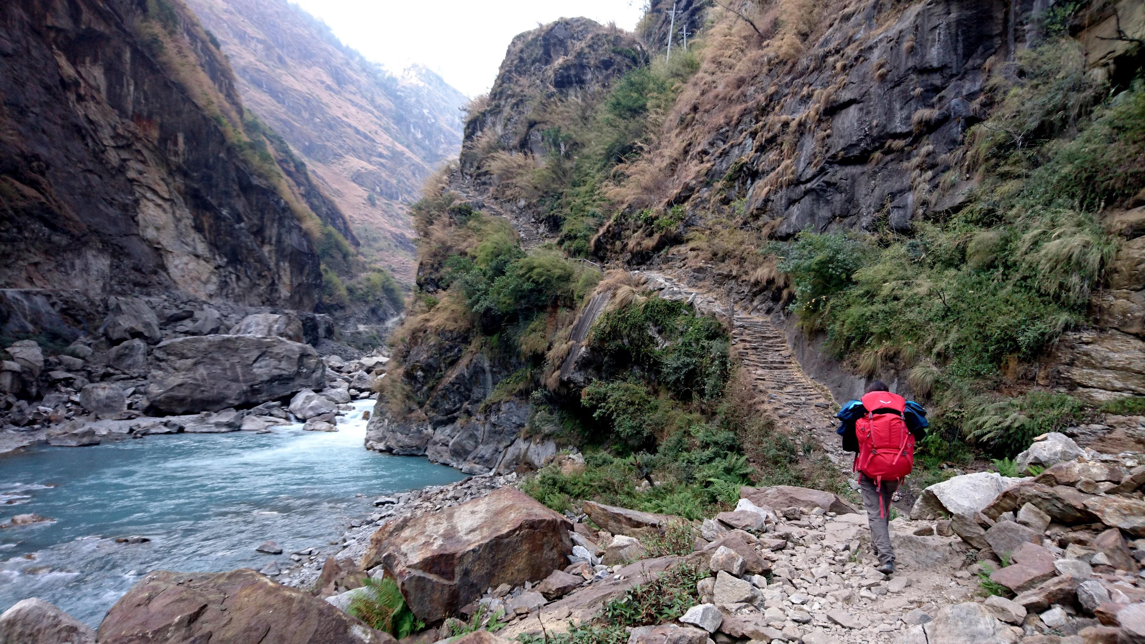 la valle si stringe diventando di nuovo un canyon. Per proseguire è necessario alzarsi di quota