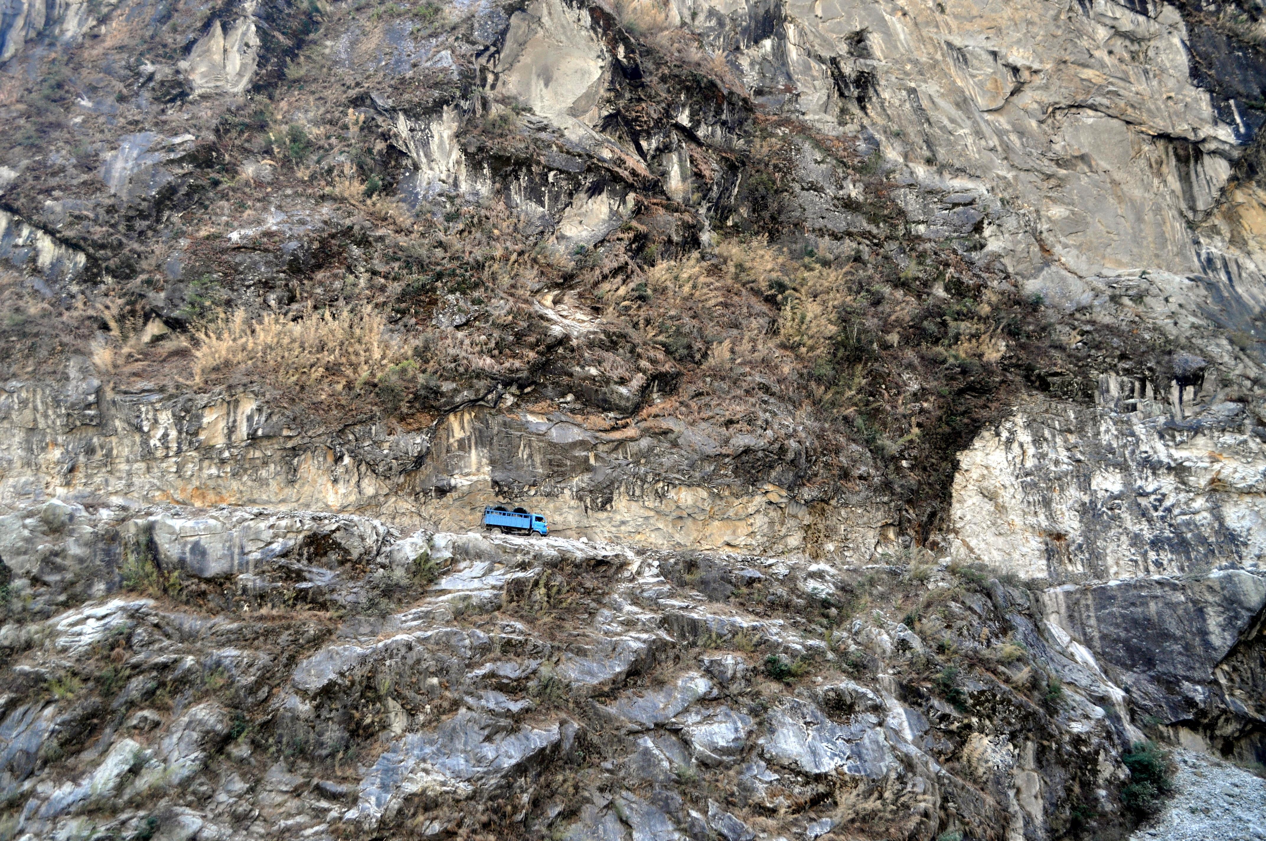sul versante opposto la strada è stata scavata nella roccia con percorso a strapiombo. Ogni tanto qualcuno finisce giù (così ci racconta la nostra guida)