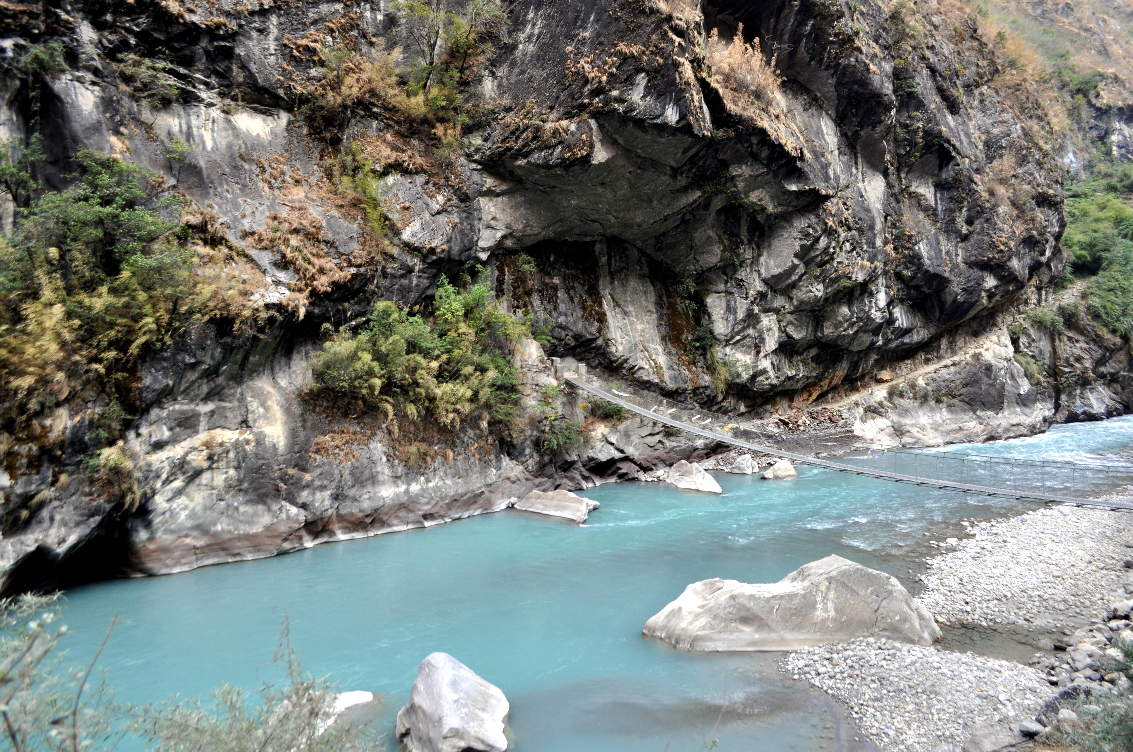 verso la fine della valle attraversiamo di nuovo il fiume che in questo punto è davvero splendido