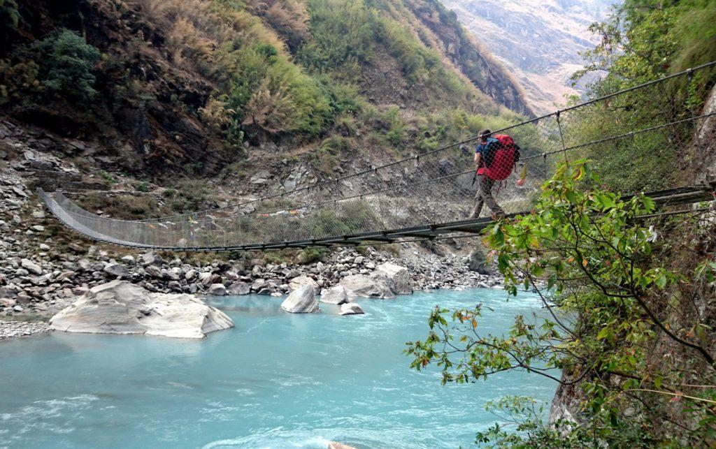 Erica sul ponte che riporta sulla destra orografica del fiume