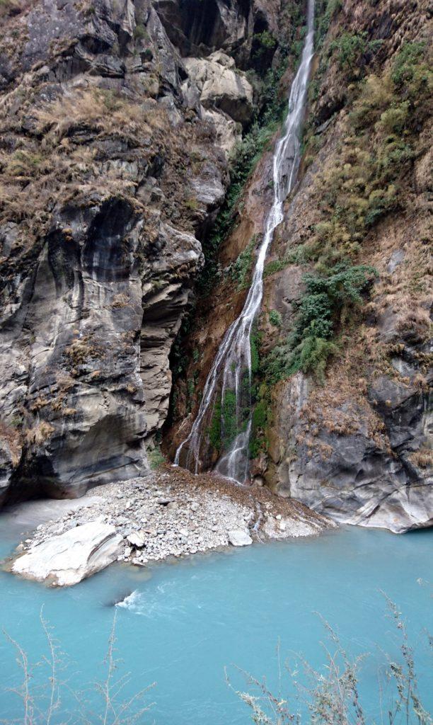 altro bello scorcio della gola con il fiume che viene alimentato da questa cascatella laterale