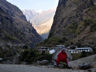 una signora contemplativa nei pressi del villaggio di Nache