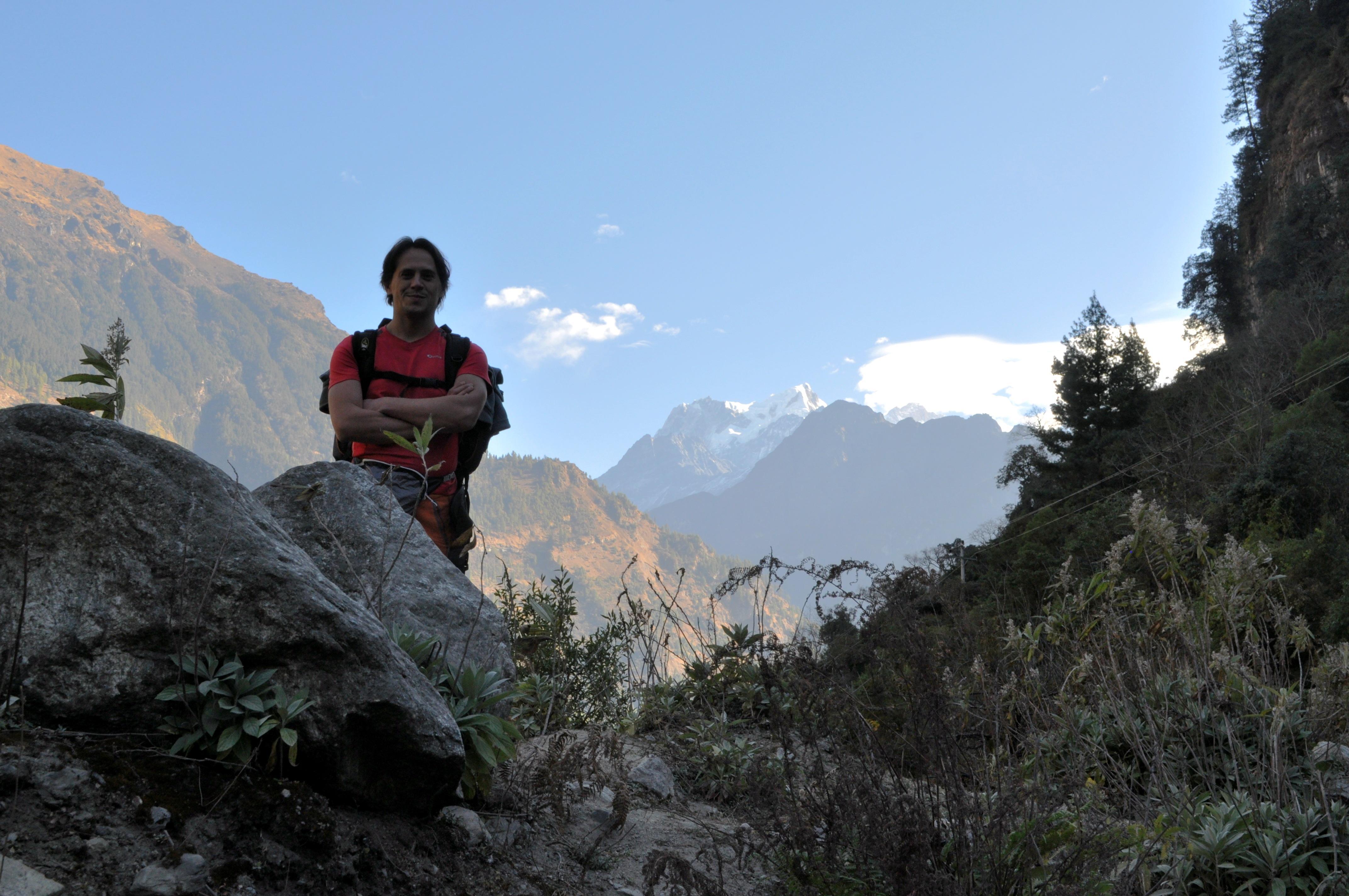 io poco prima di raggiungere la nostra guest house. Sullo sfondo le montagne che ospitano il Dana Lake, un lago glaciale famoso della zona