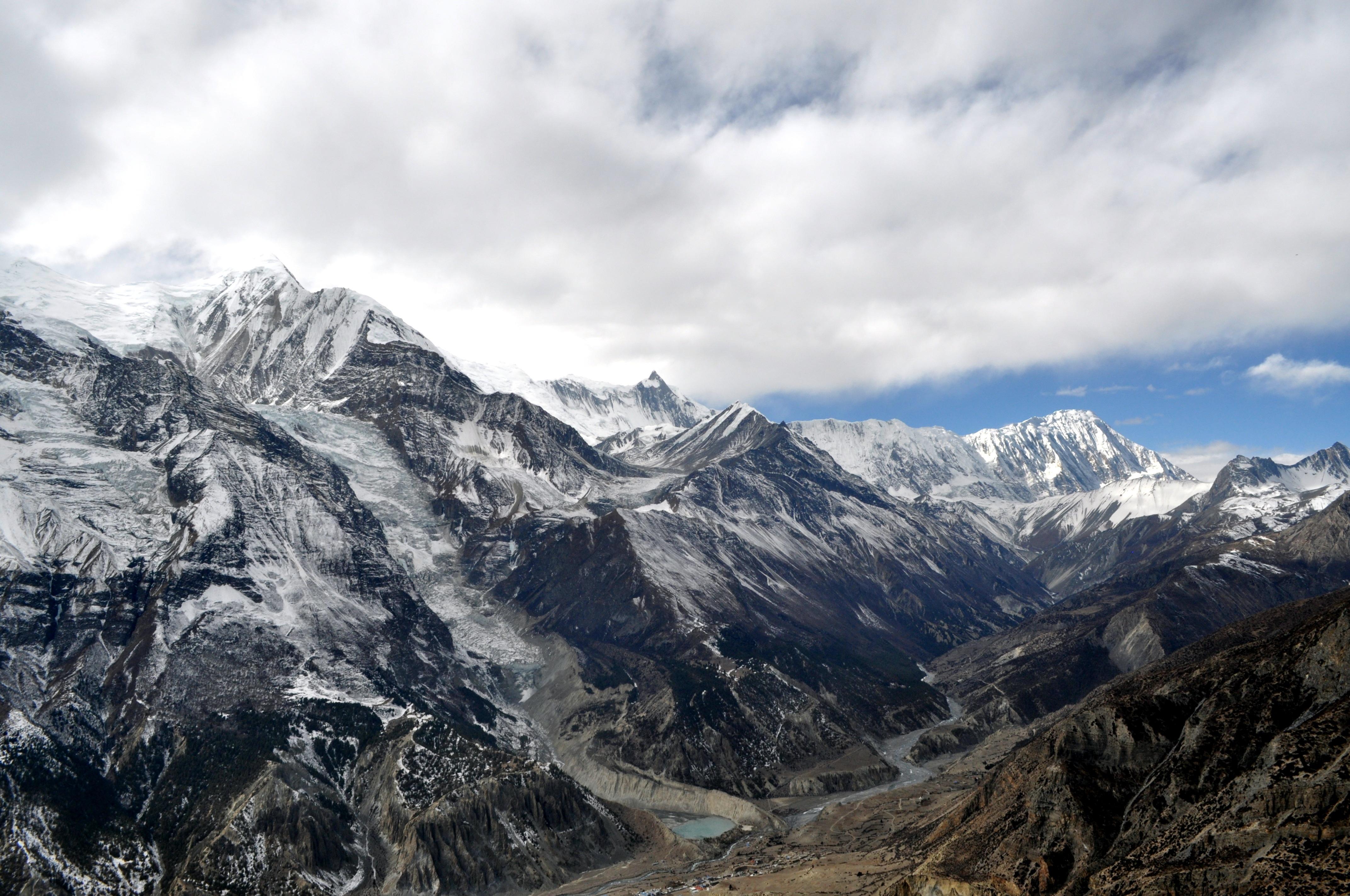 la lingua di ghiaccio del Gangapurna e le montagne che racchiudono il Tilicho Tal