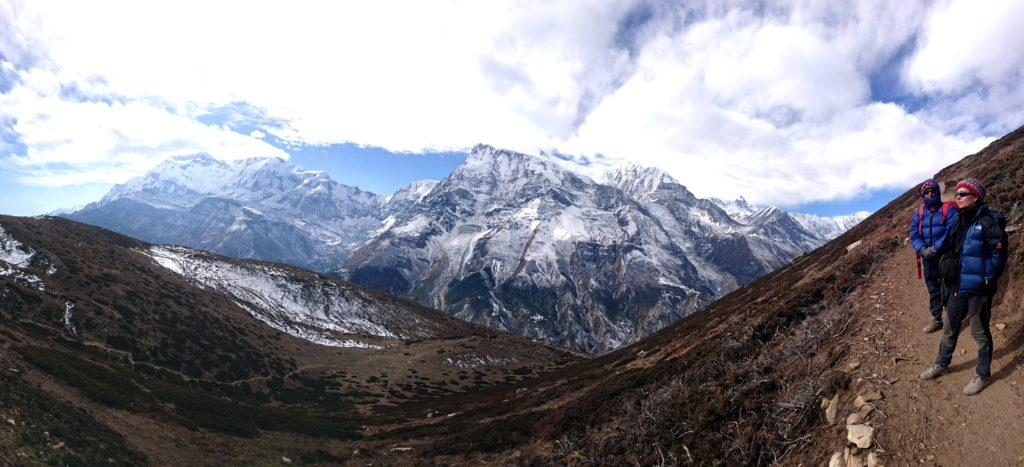il nostro versante è libero da neve, mentre l'Annapurna Range alla nostra quota è bello imbiancato