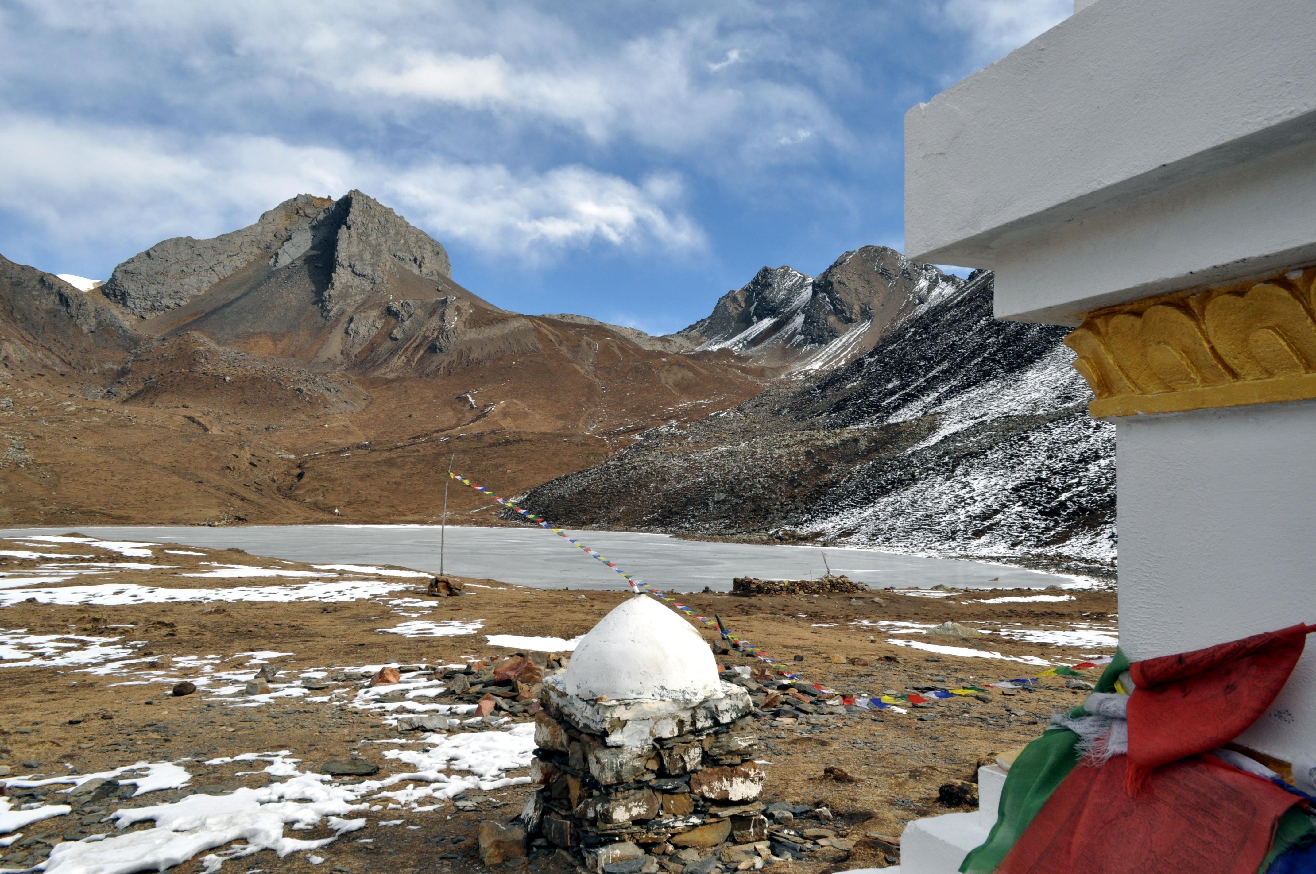 l'Ice Lake con l'immancabile Stupa di vetta