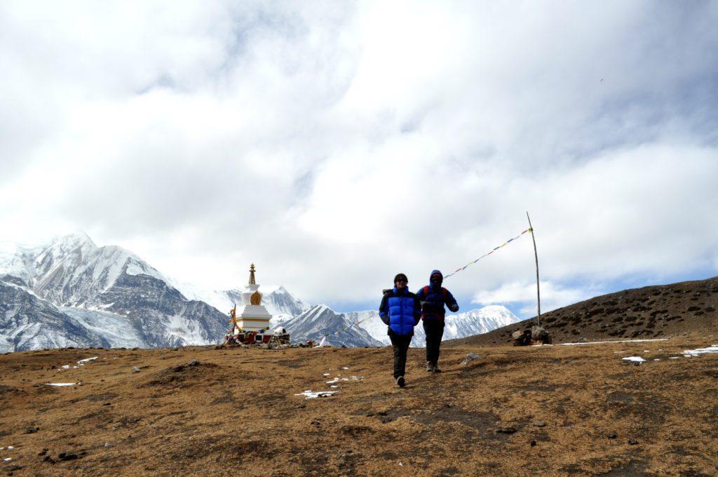 Gabri e Kali, sullo sfondo lo Stupa dell'Ice Lake e l'Annapurna Range ormai incappucciato di nuvole