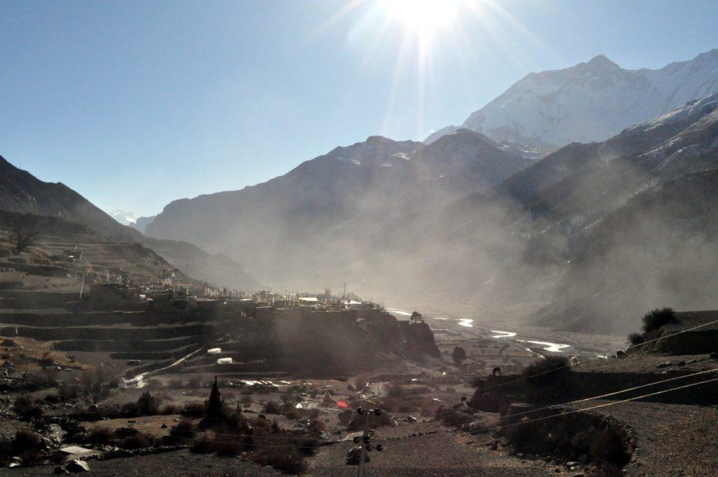 l'umidità mattutina si solleva nella valle: namastè Manang