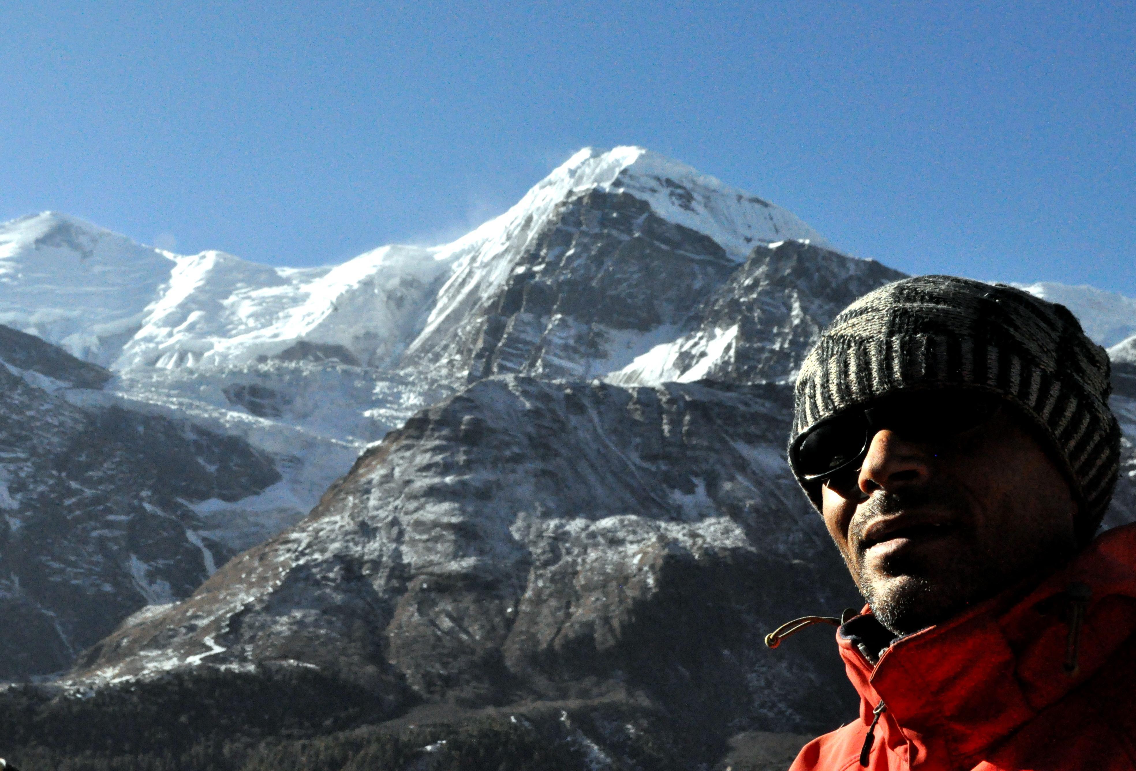 Kali e gli imponenti seracchi delle montagne dietro di lui
