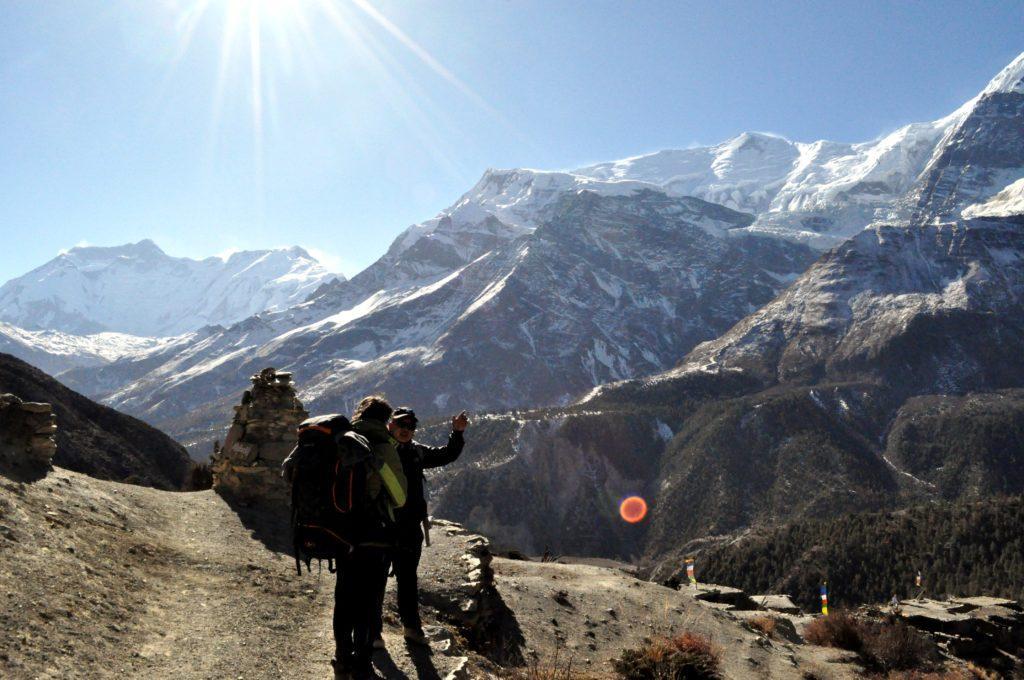 Gabriele e Ram discutono di montagne