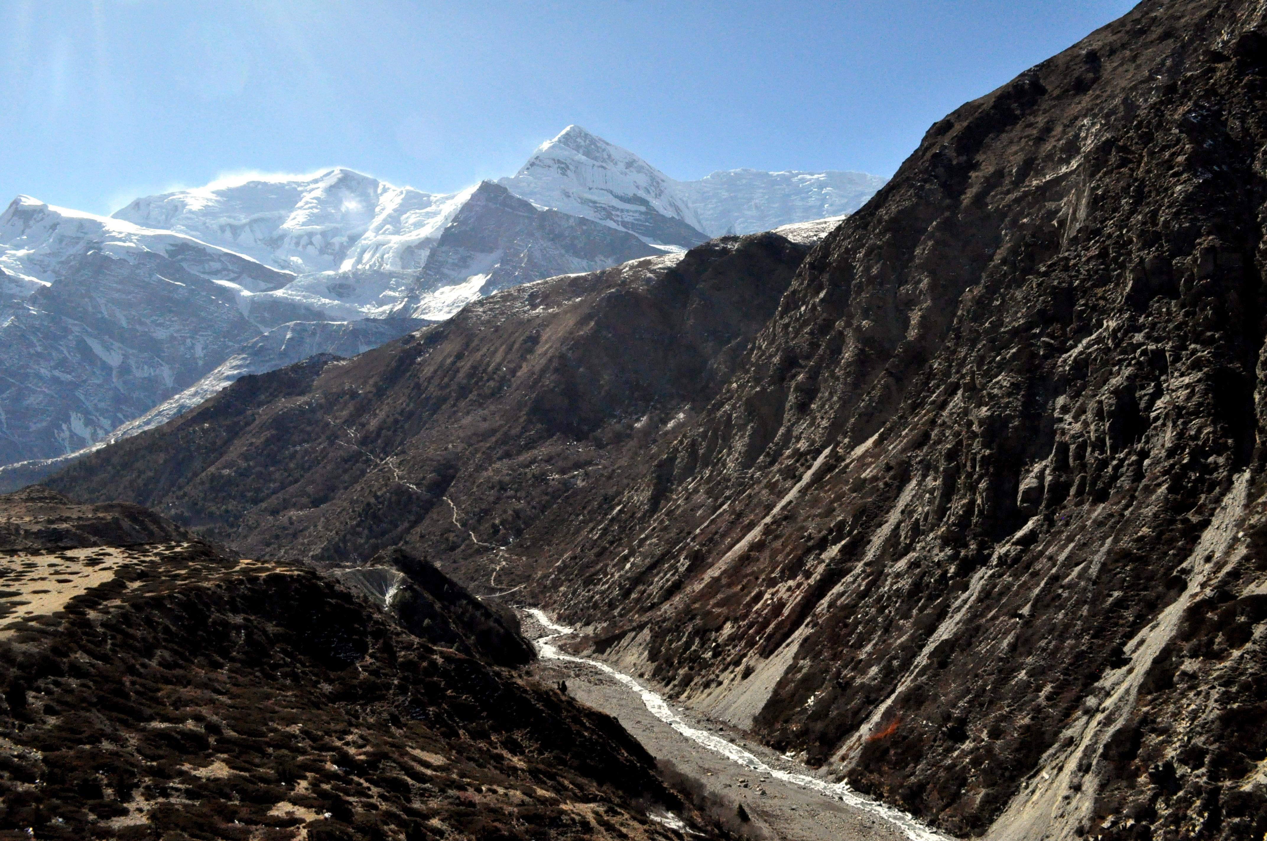 il sole brucia le cime dell'Annapurna Range, la luce è abbagliante