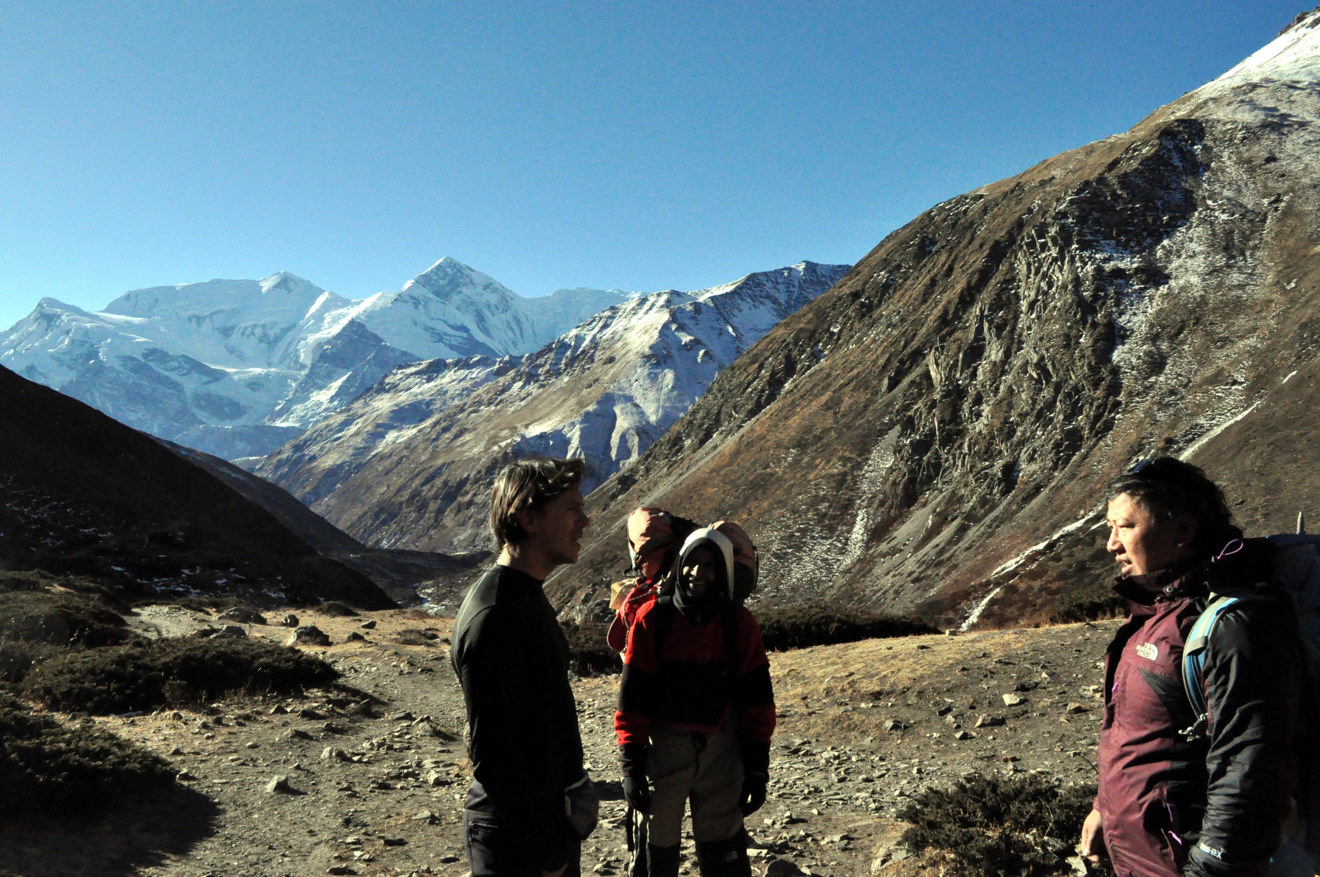 chiecchiere con guida e portatori: ormai, per il tempo in cui rimarremo tra i monti, saremo come tra amici