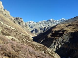 l'anfiteatro montuoso che chiude la valle