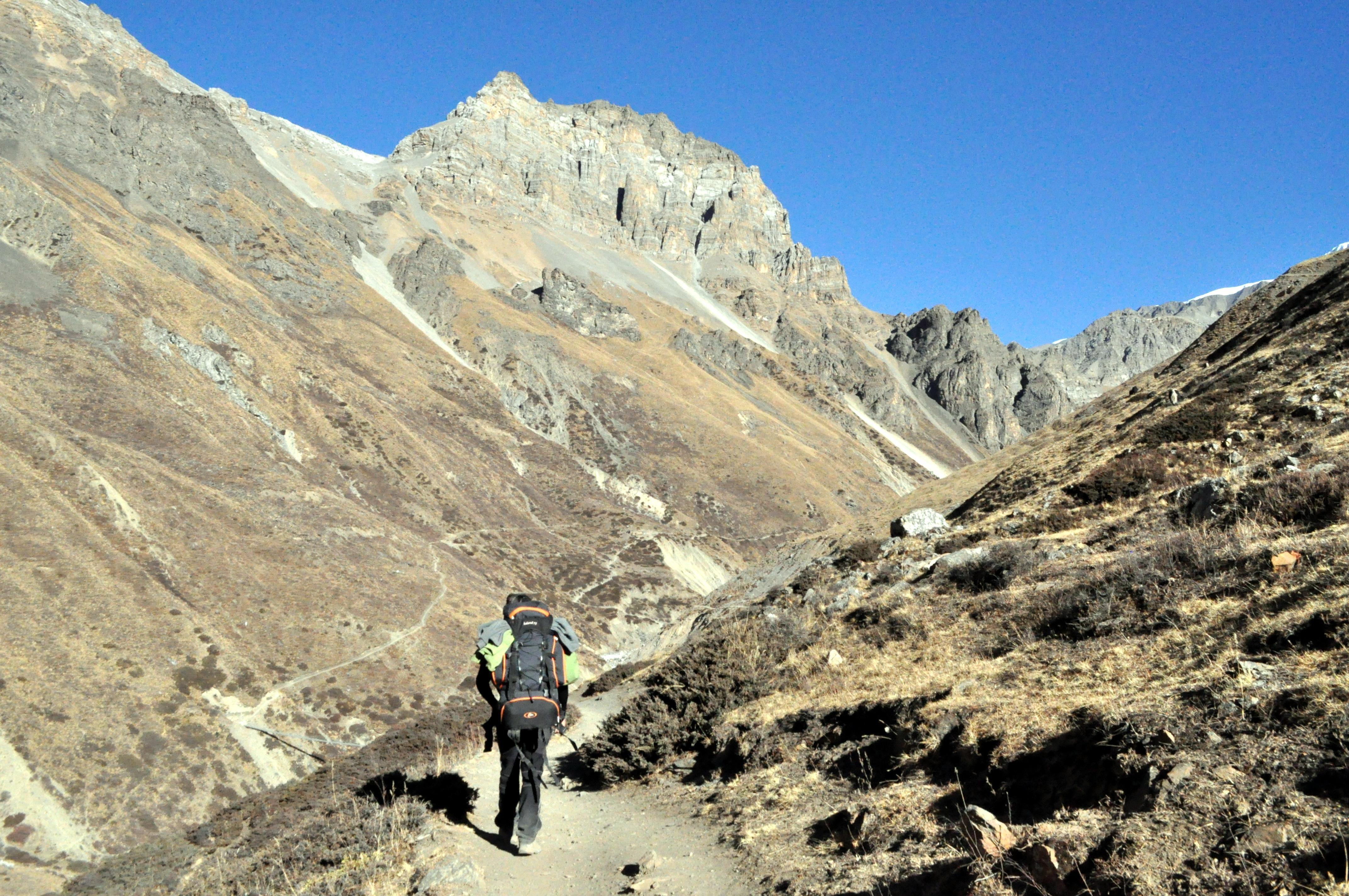 il sentiero prosegue in costa, prima su un lato poi sull'altro della valle