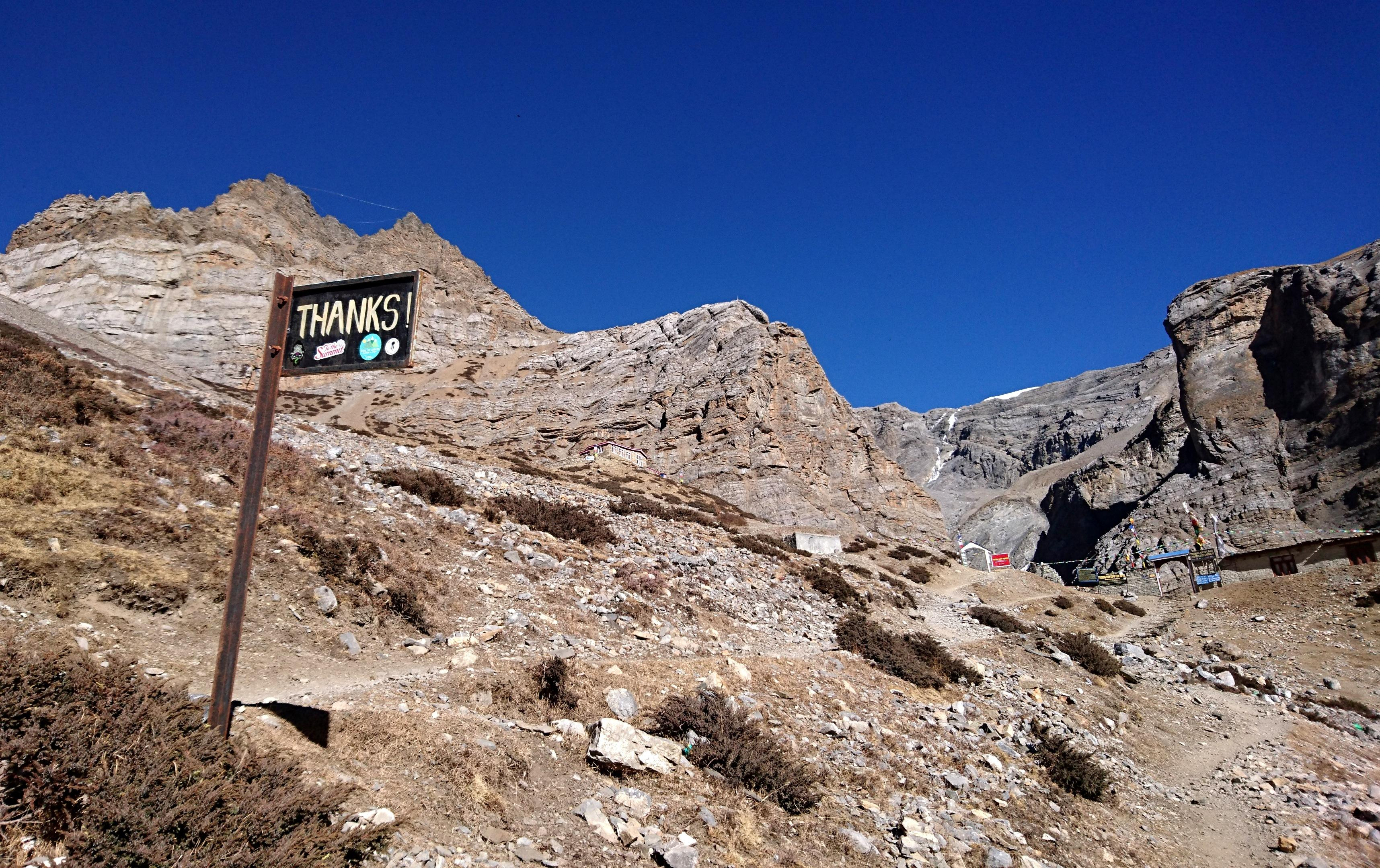 """fine del tratto sfasciumoso: in lontananza si vede gia Thorong Phedi, il """"campo basso"""" prima del Thorong La Pass"""