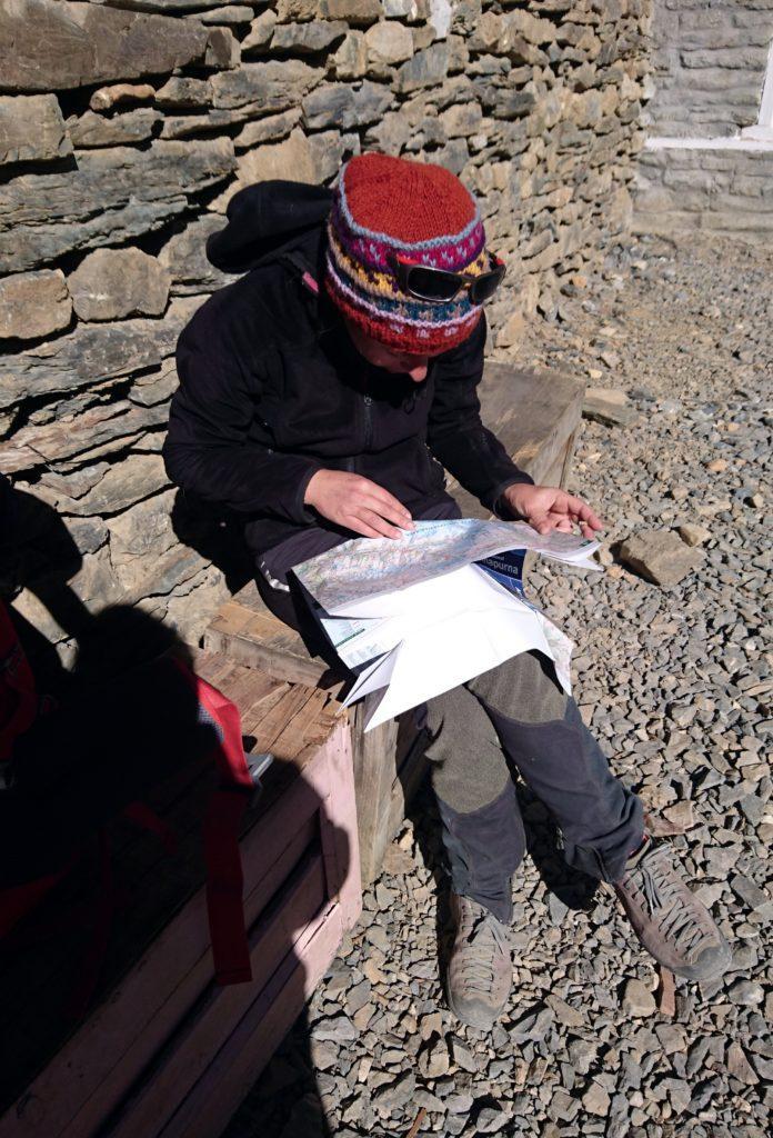 Erica studia la cartina, al sole