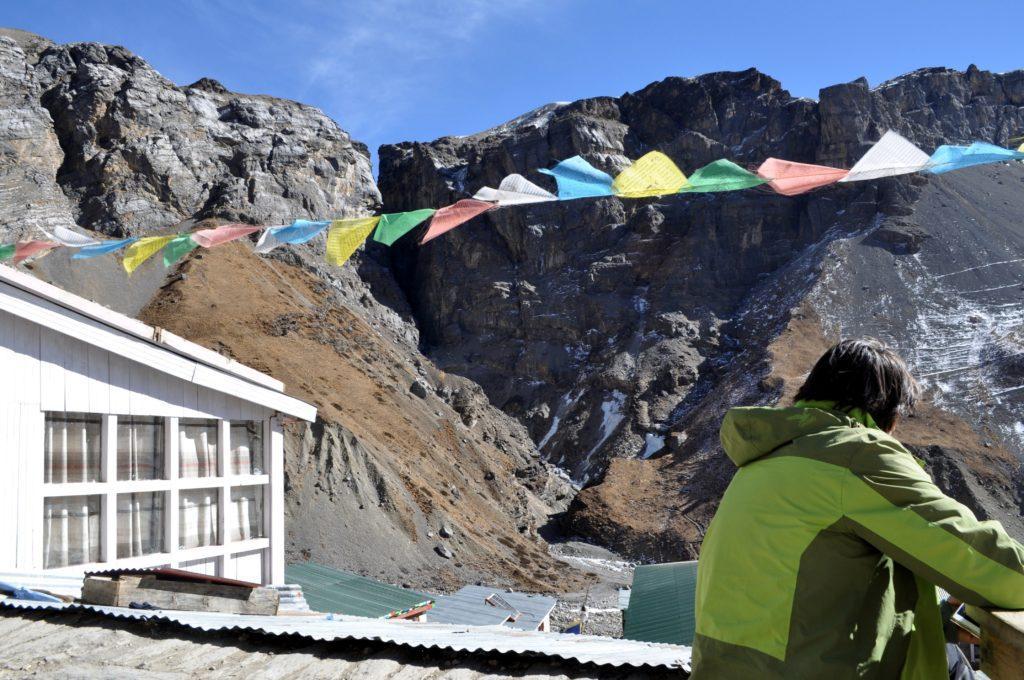 Gabriele in ammirazione delle montagne