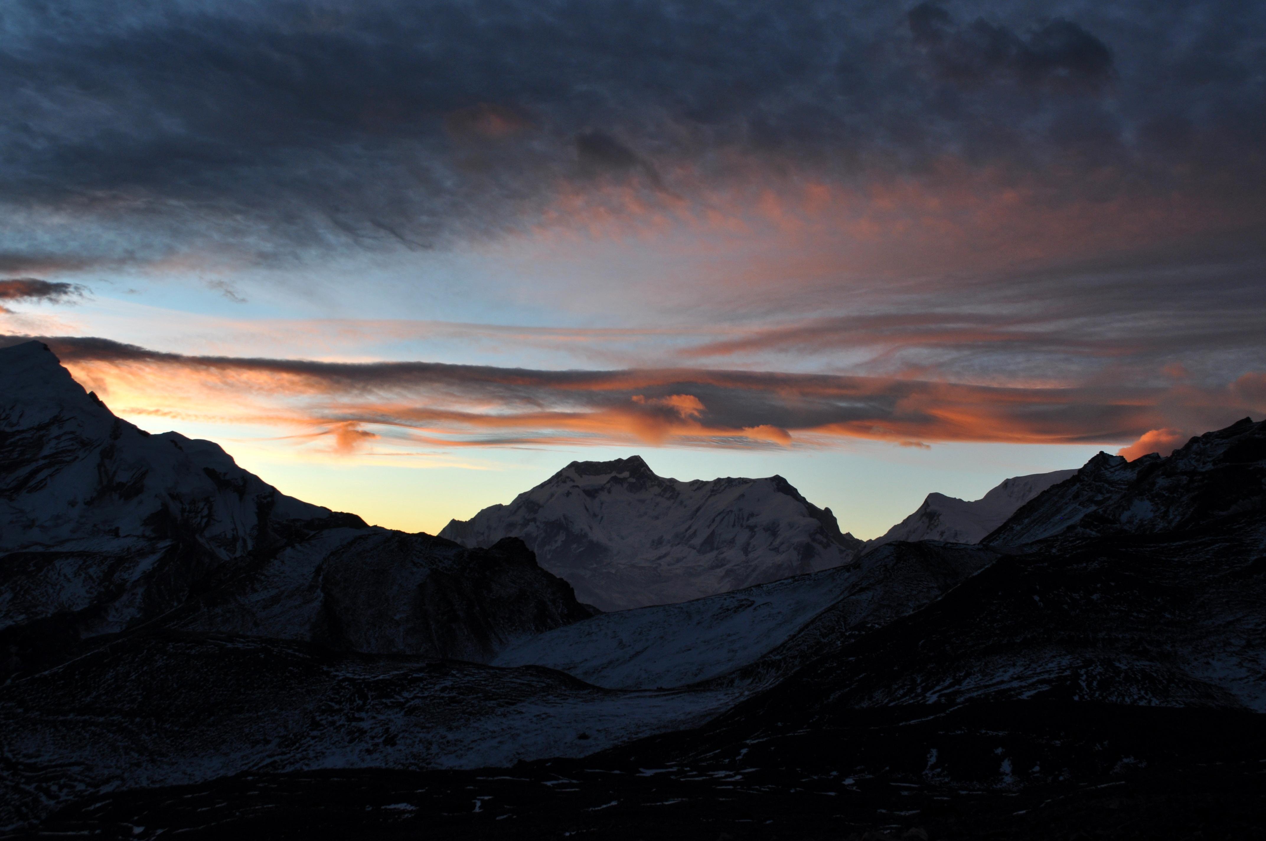 sull'Himalaya inizia ad albeggiare: meraviglioso