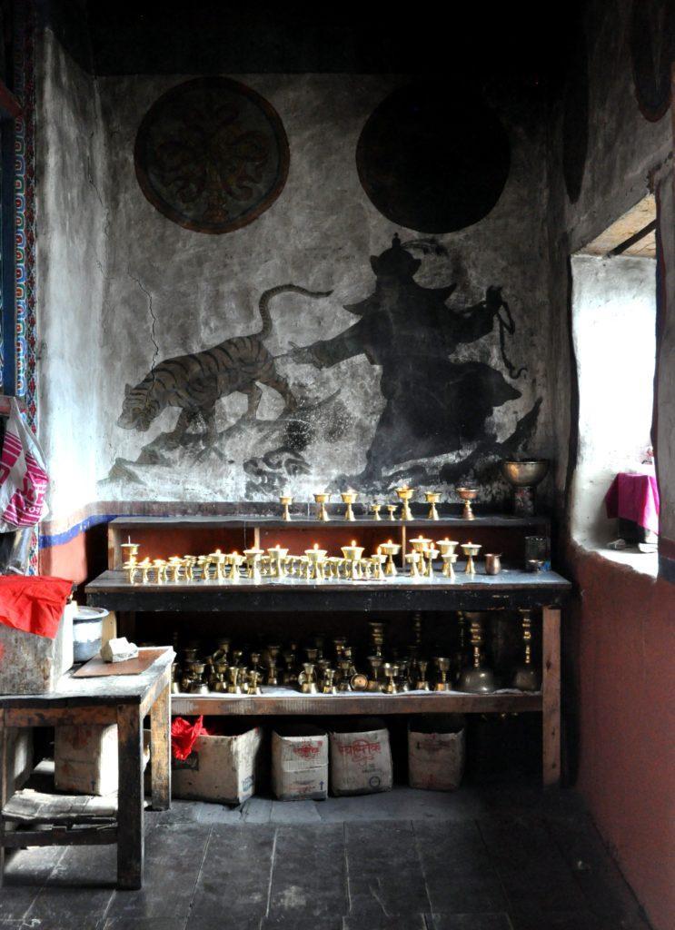 interno giorno in uno dei tanti templi che compongono l'area sacra di Muktinath