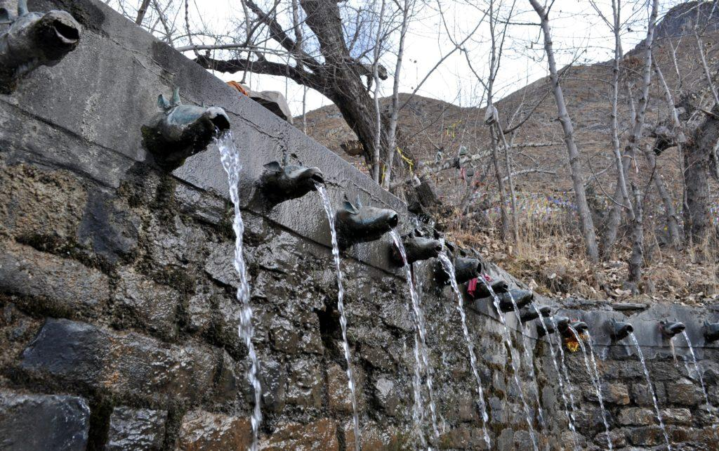dovrebbero essere 108 getti di acqua fredda, un percorso di purificazione per gli induisti