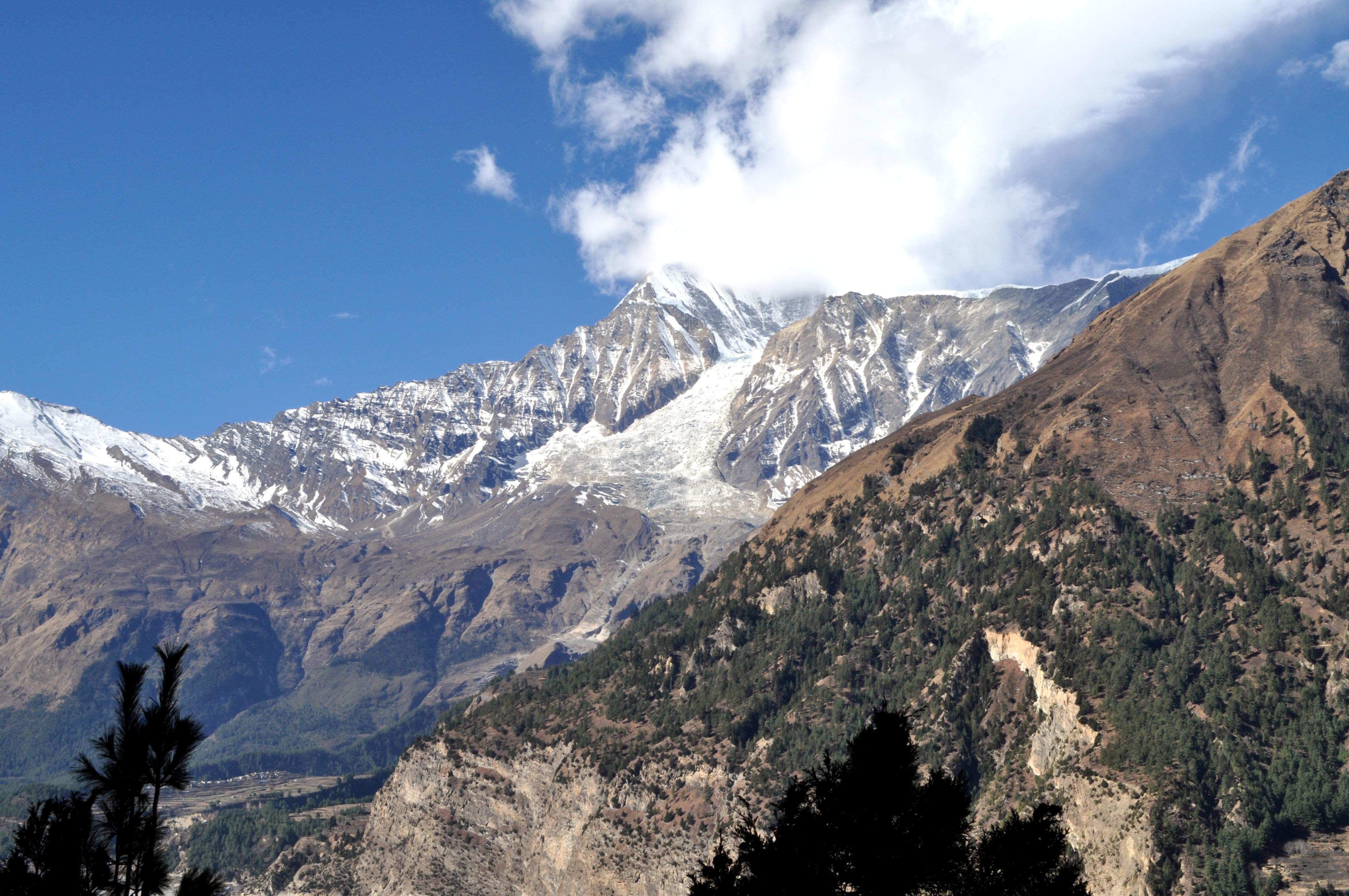 uno sguardo al Dhaulagiri, con il suo cappello di nubi