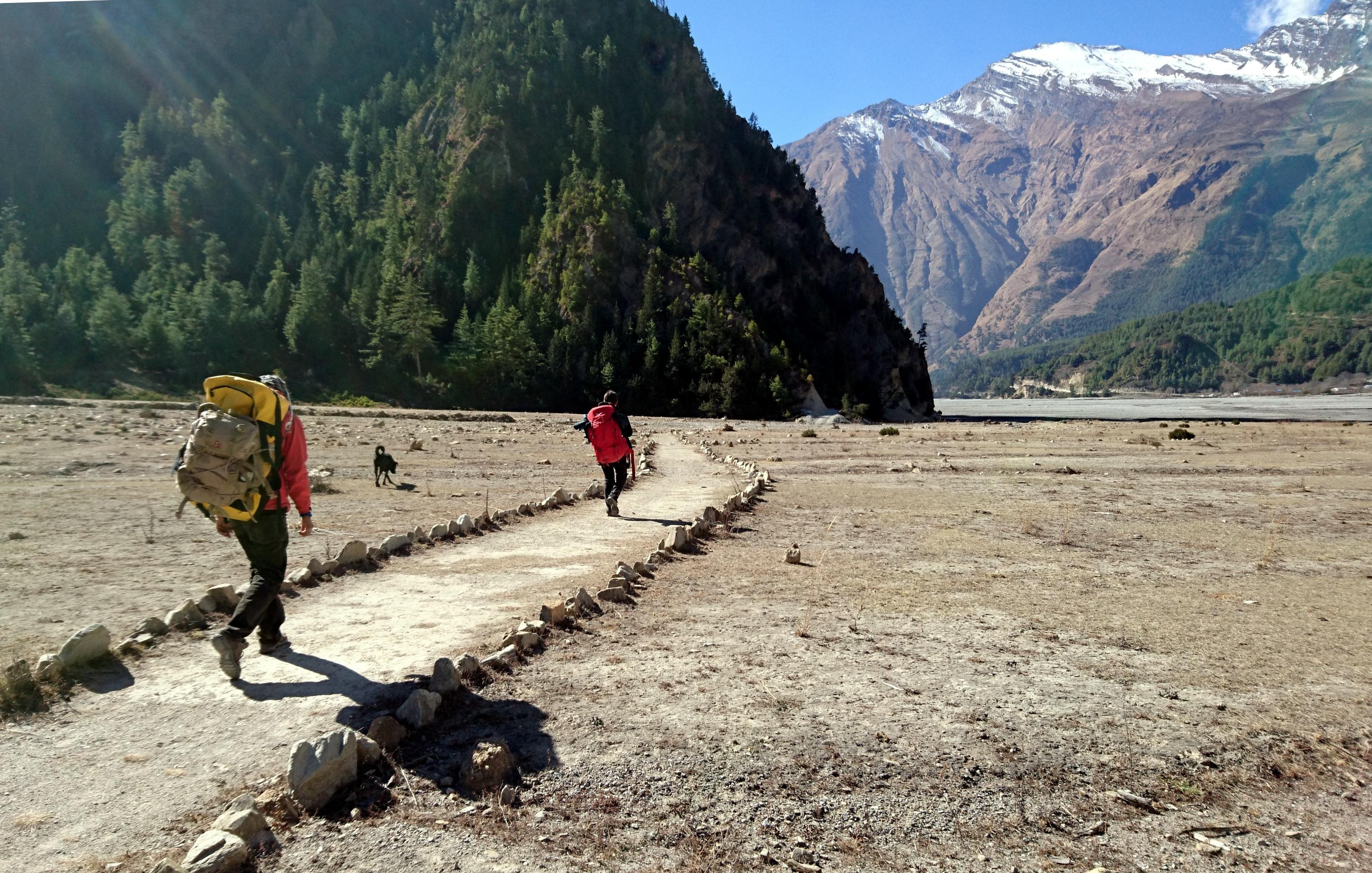 il sentiero sale e scende lungo il Kali Gandaki, attraversando piccole pianure, a volte coltivate