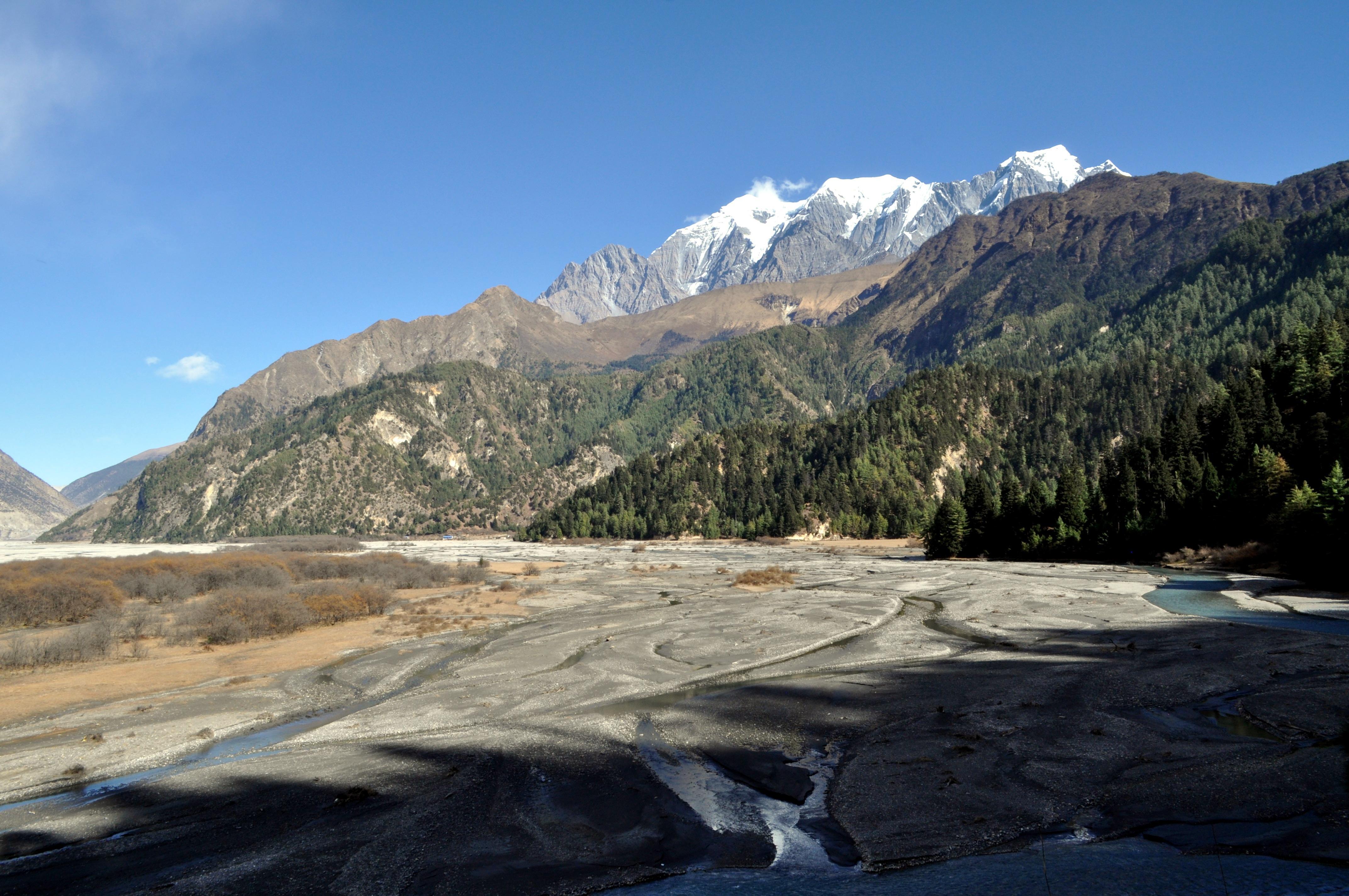 il letto del Kali Gandaki, oro e argento, e la catena Himalayana sullo sfondo