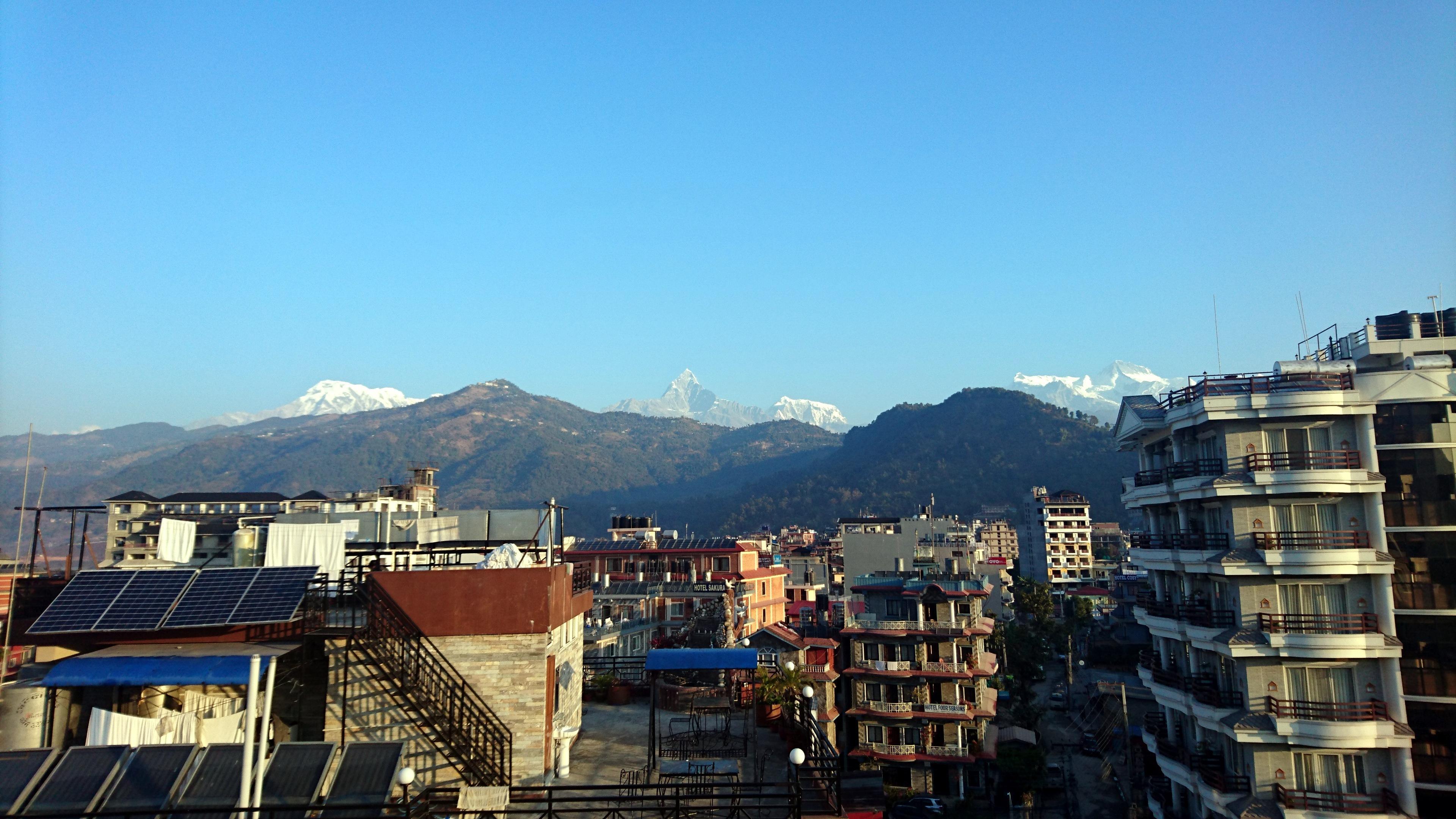 la vista del Machapuchare dal tetto del nostro hotel, a Pokhara
